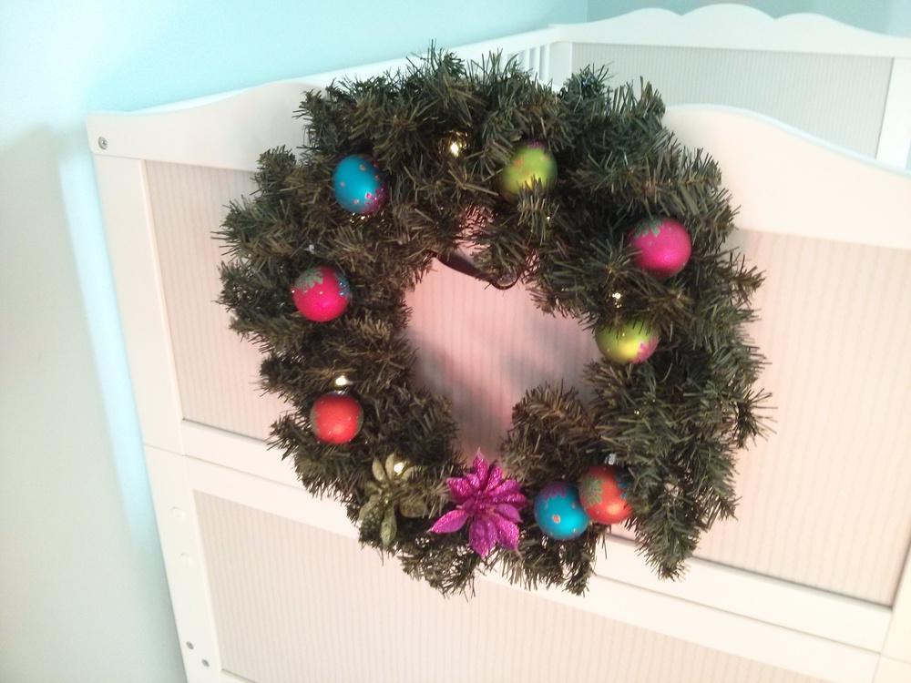 Couronne de Noël dans la chambre du Chaton, faite par Marraine Gillian.