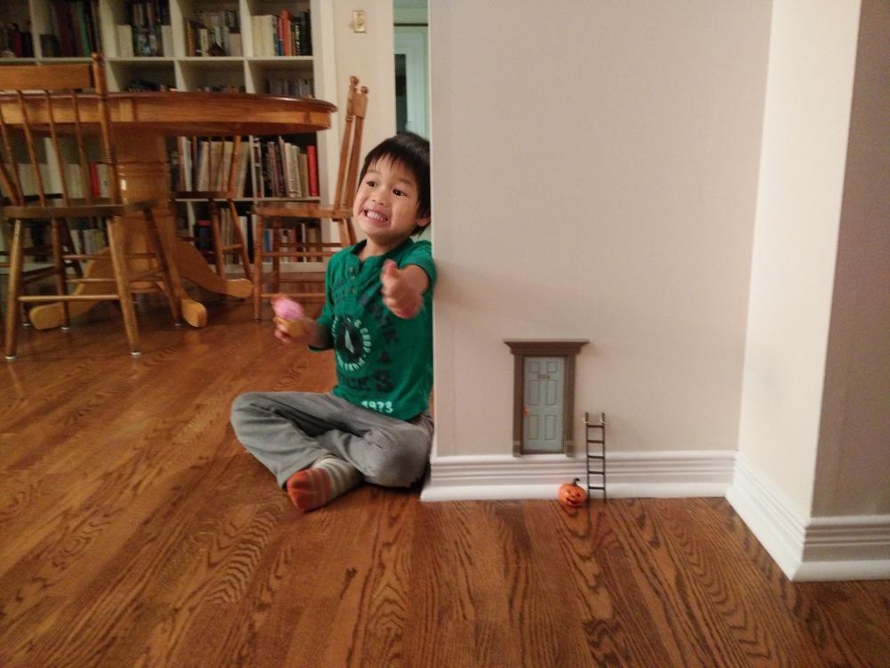 Le Chaton, ayant découvert la mini-citrouille près de la porte-mystère, le 25 octobre dernier.