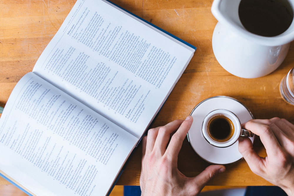Un café et un livre, comme le Professore.