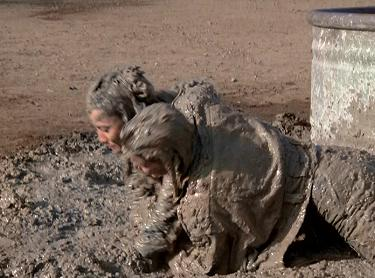 Sammy Jo helps Fallon to a mud mask