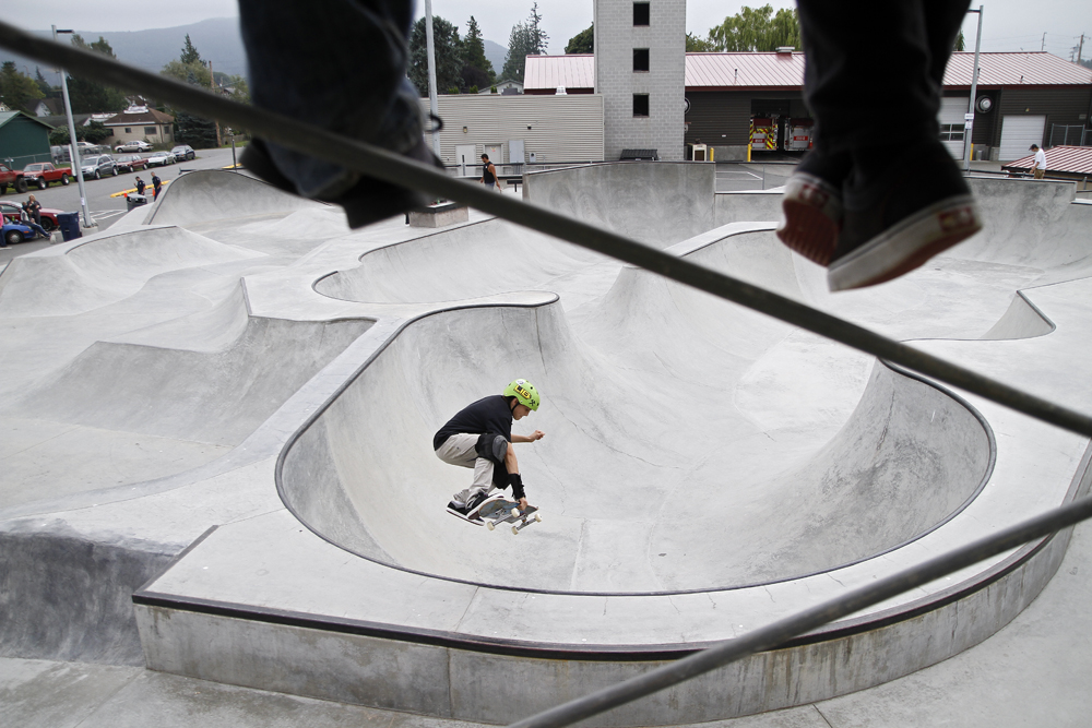 Lib Tech skater Kyle Ward drops into the bowl at the Sedro-Woolley Community Skate Park during a break in the first Sedro-Woolley Skateboard Contest on Saturday. The event sponsored by the Parks and Recreation department and Hidden Wave Board Shop, drew out 34 skaters and many more to watch Lib Tech professional skaters, who judged the contest. Nick Gonzales / Skagit Valley Herald