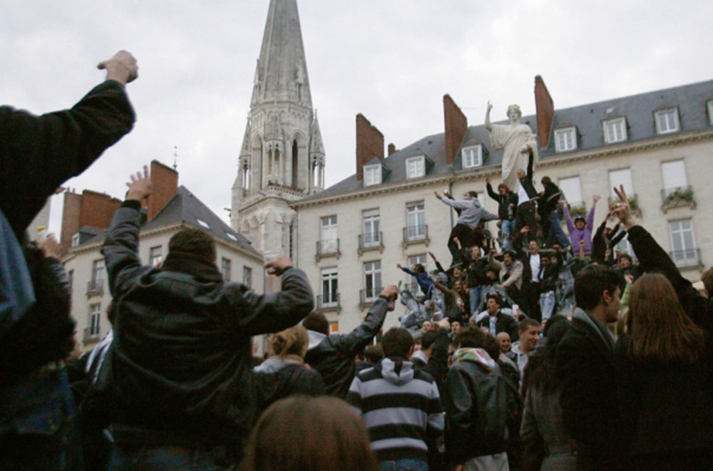 487149_thousands-of-people-gather-in-the-centre-of-nantes-to-drink-together-in-an-organized-public-event.jpg
