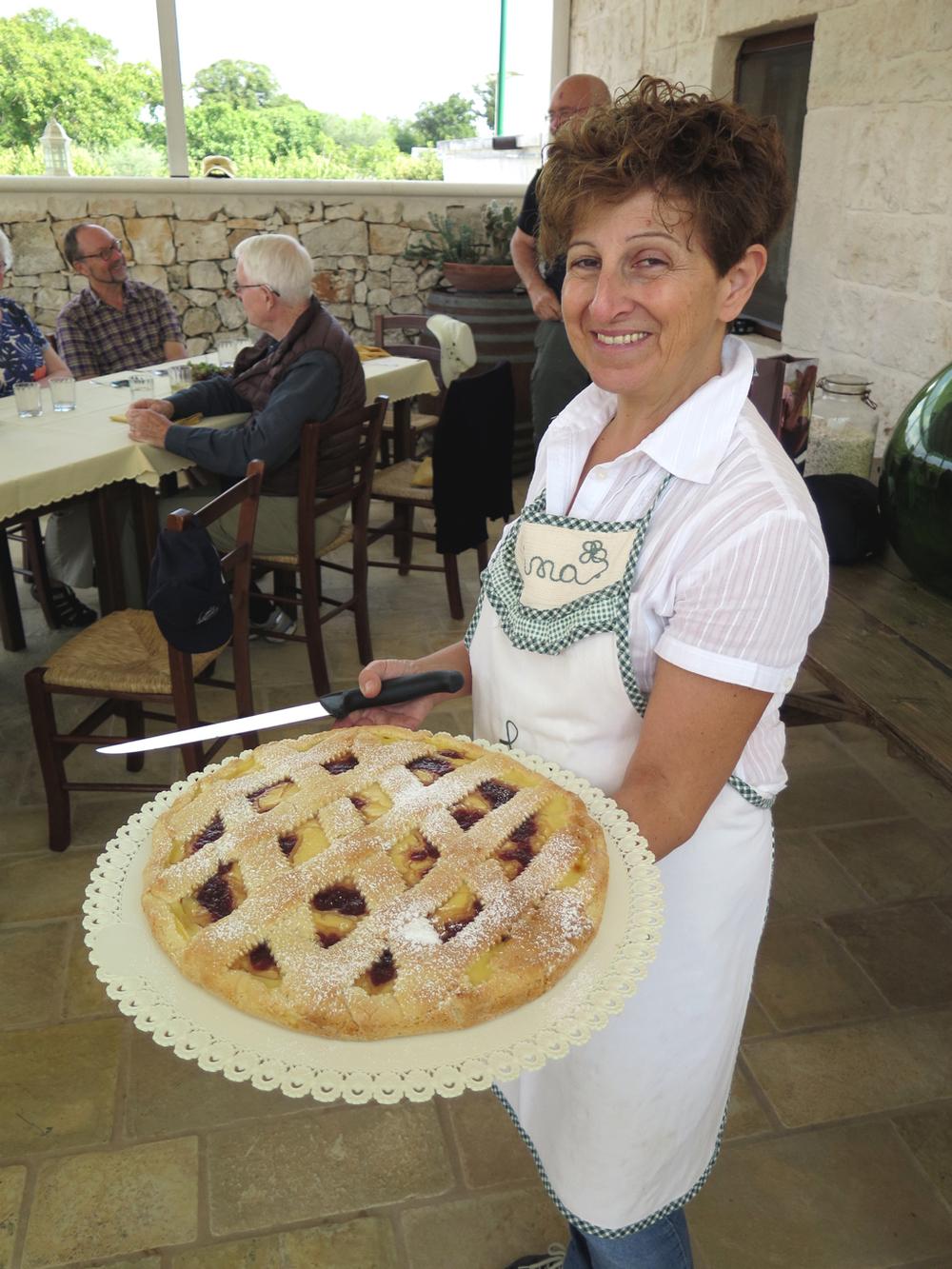 Puglia Tour 2016 Donna con Torta .jpg