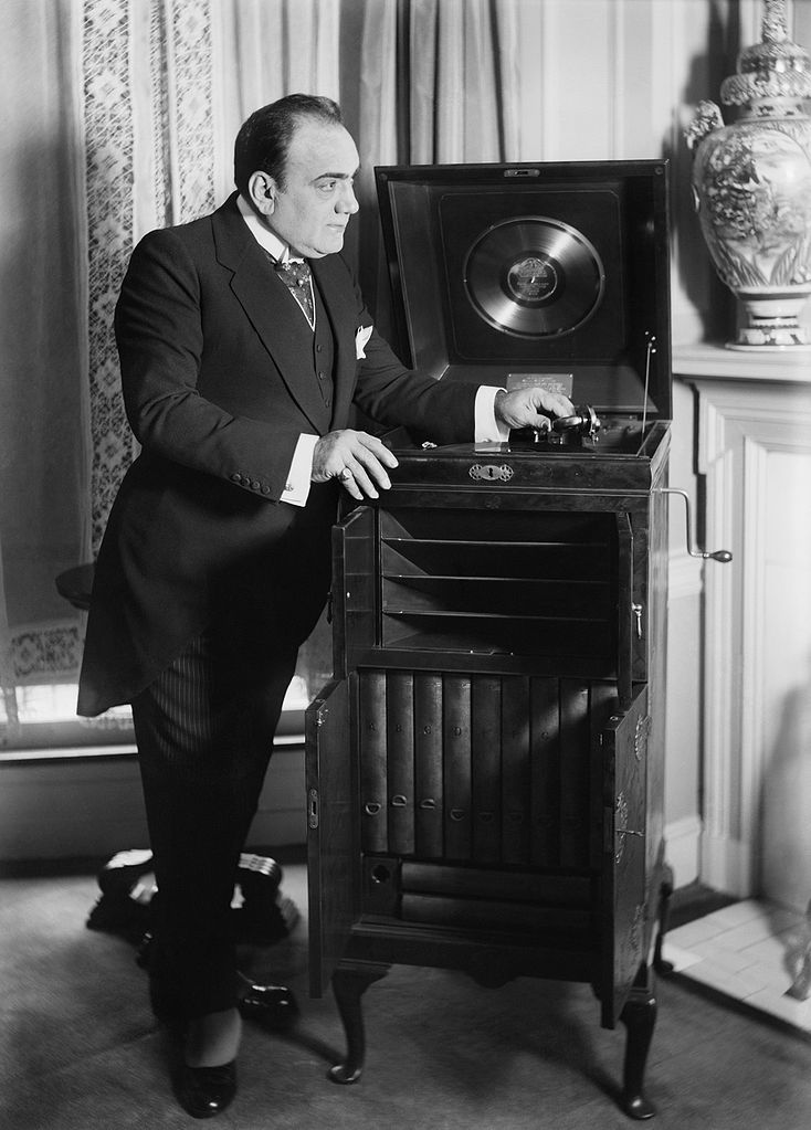 "Wikipedia: Enrico Caruso with a ""Victrola""phonograph"