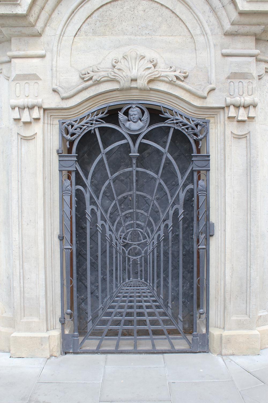 Krakow piairist church crypt door mainwood architects for Door to gate kontakt