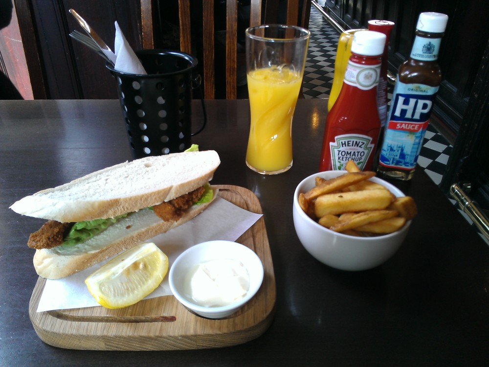 A London pub fish finger sandwich, from a pub 300 metres from the Victoria & Albert Museum, photo by Stuart Garlick