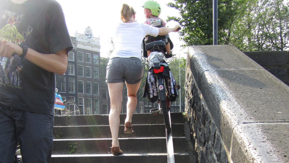Stairs with rails for bike tires