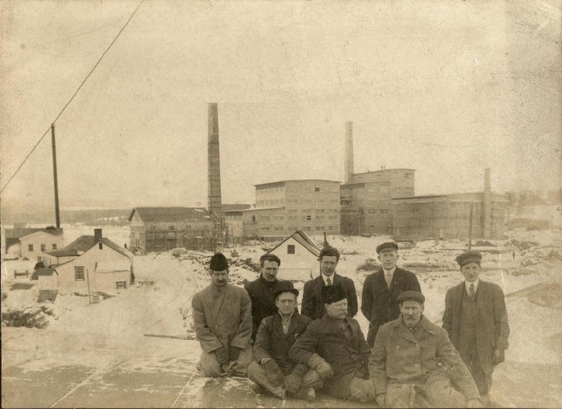 A group of employees standing in front of the Albert Manufacturing Company Mill in Hillsborough.   1912   Hillsborough, New Brunswick, Canada