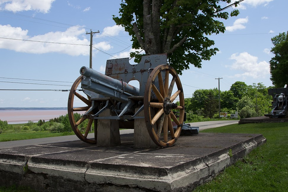 Captured German  WW1 Cannon with new wheels.jpg