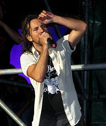 220px-Eddie_Vedder_and_Pearl_Jam_in_concert_in_Italy_2006-220x260