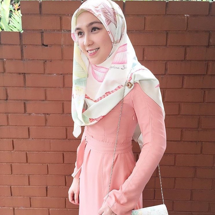 @lea_azlan looking oh-so-sweet pairing her #LtDessentials Nayla in Nude Pink with floral scarf.