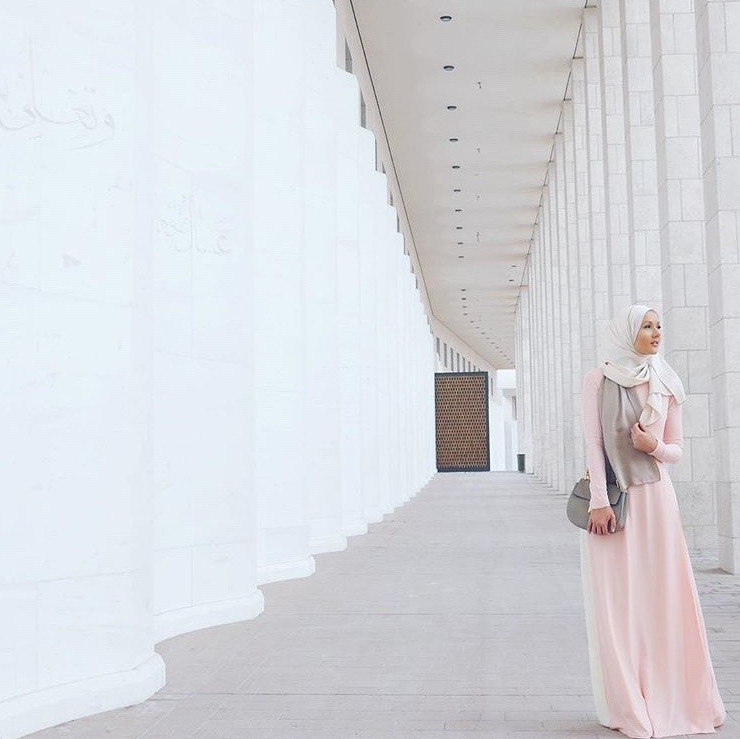 @eslimah explores the beautiful city of Qatar in #LtDessentials Raeesa in Light Pink