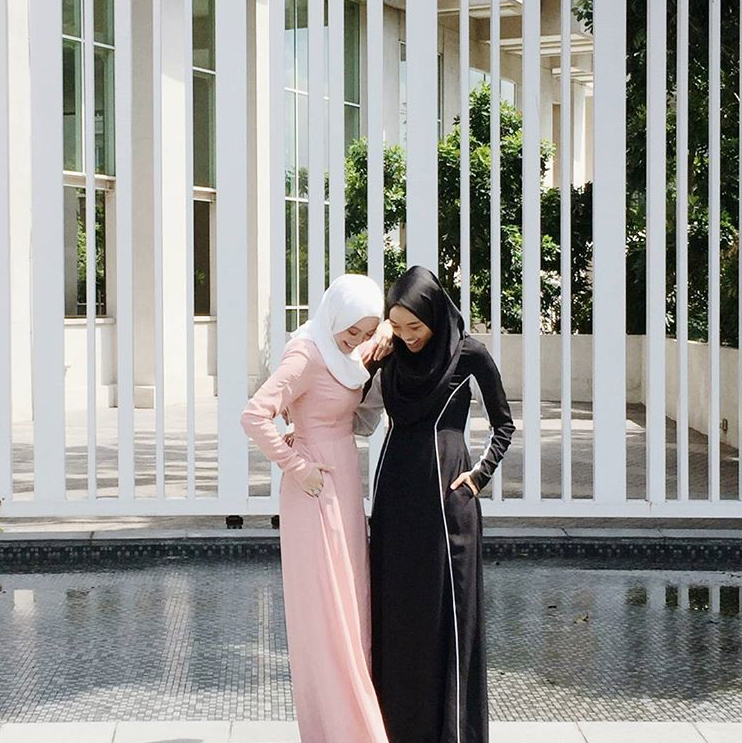 Never a dull moment when @vivyyusof and @a.nasaruddin together! Vivy is wearing Nayla in Nude Pink & Asma is in Alanna Black & White