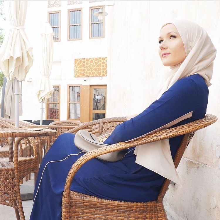 Take some time to sit back and relax. @eslimah did it stylishly in #LtDessentials Alanna in Navy Blue & Nude.