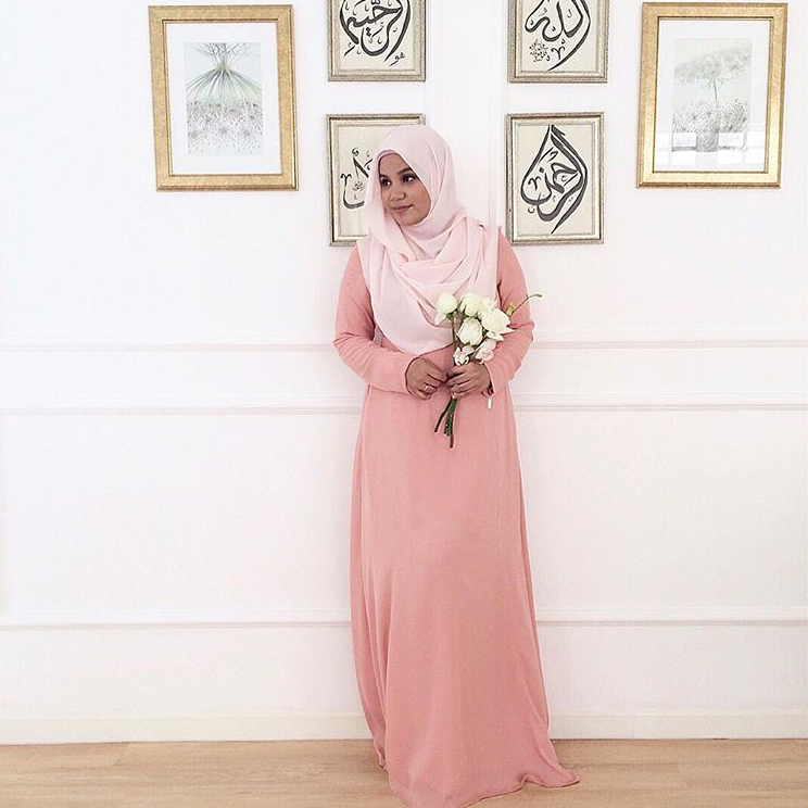 @aishah_amin shows us a mother too takes time to doll up. She looks beautiful in #LtDessentials Nayla in Nude Pink.