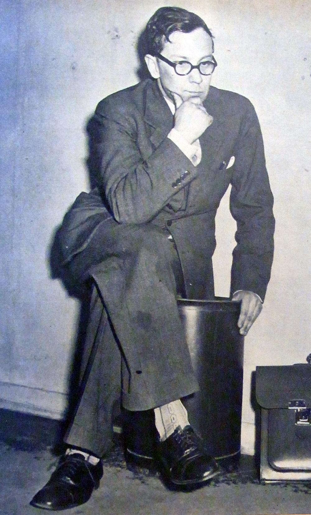 En spårhund som söker samband.Dramats huvudperson: pastor Karl-Erik Kejne. (Ur tidningen Se, 1952. Fotograf okänd.)