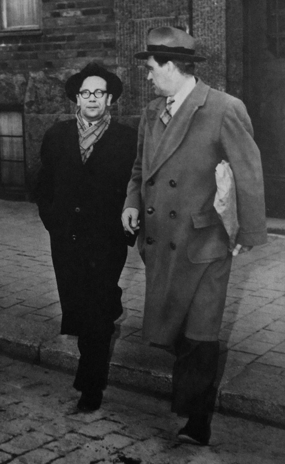 Kejne stod inte ensam. Här uppbackad av Vilhelm Moberg som inte tvekade inför att avslöja makthavarnas fulspel. (Fotograf okänd, 1951)
