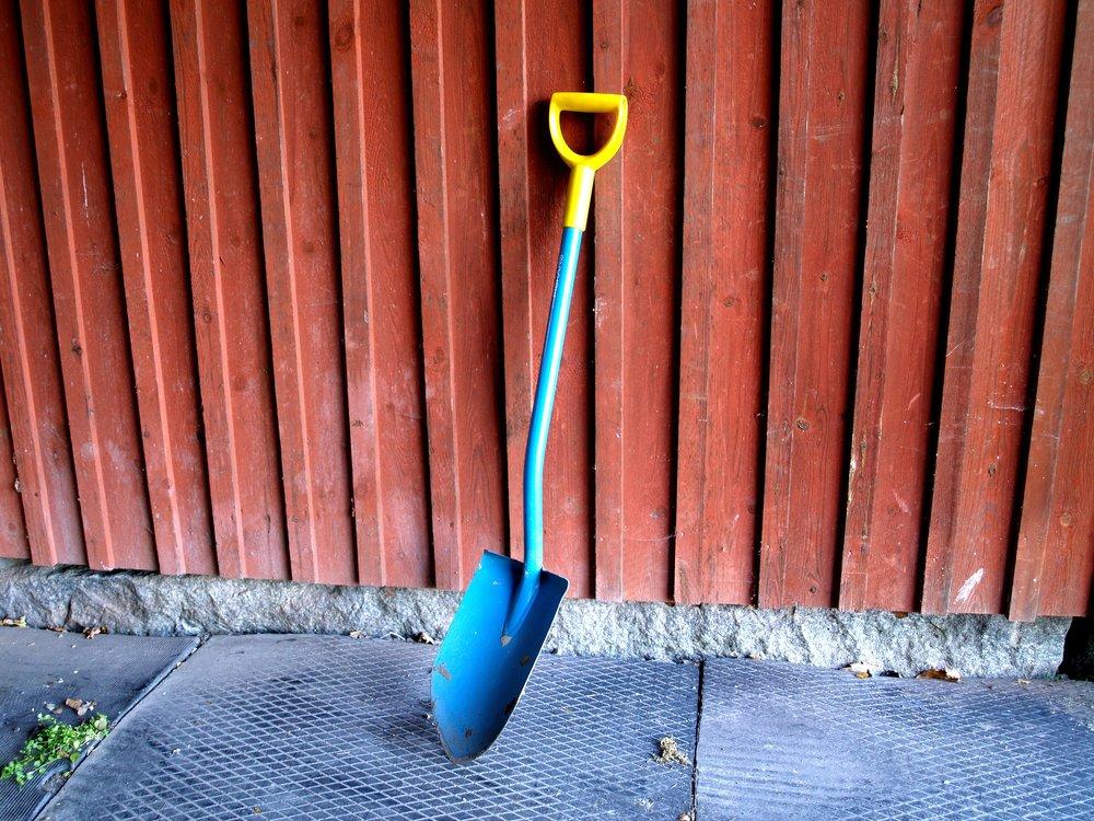Shovel_leaning_against_a_wall.jpg