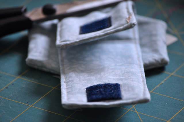 put in place the adhesive Velcro adjusting your size and stitch it.