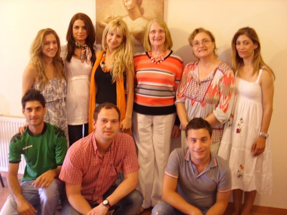 Ειδικευόμενοι ψυχοθεραπευτές του πρώτου τμήματος μαζί με την Καθηγήτρια του Πανεπιστημίου   Cork     Ιρλανδίας   Eleanor     O  '   Leary  .