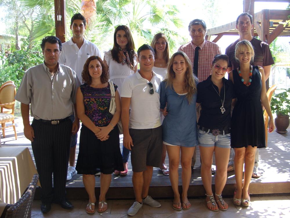 Φωτογραφία των ειδικευόμενων ψυχοθεραπευτών του πρώτου τμήματος μαζί με τον Καθηγητή του Πανεπιστημίου Κρήτης Ιωάννη Νέστορος και τον Διευθυντή Σπουδών του ΚΙΨ Δρα Κυριάκου Πλατρίτη.