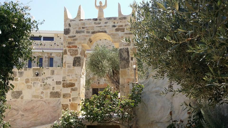 Το Τροφώνειο είναι το οίκημα στο οποίο στεγάζεται το διδασκαλείο του Κυπριακού Ινστιτούτου Ψυχοθεραπείας, η γραμματεία και η βιβλιοθήκη. Είναι αφιερωμένο στο αρχαίο ομώνυμο ιερομαντείο - θεραπευτήριο που ίδρυσαν οι Μινύες προς τιμή του Τροφωνίου και λειτούργησε ως συμβουλευτικό και ιαματικό κέντρο με έντονη συνθετική - ολιστική προσέγγιση για 1400 περίπου χρόνια. Υπολογίζεται ότι ξεκίνησε να λειτουργεί από τη Δαιδαλική εποχή μέχρι τον 4ο αιώνα μ.Χ. Σήμερα, ελάχιστα απομεινάρια του βρίσκονται διάσπαρτα στην πόλη της Λεβάδειας στη Βοιωτία της Ελλάδας και κυρίως στην κοιλάδα που διατρέχει η Έρκυνα, το ποτάμι που διασχίζει την πόλη και τους γύρω λόφους.