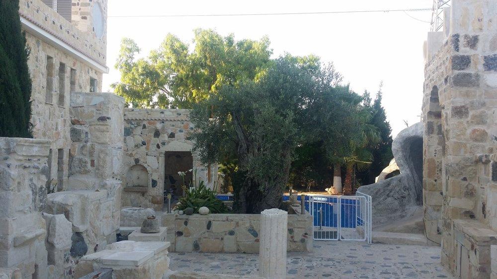 Το σύγχρονο Τροφώνειο βρίσκεται στην περιοχή της αρχαιας Κουριάς δυτικά της Λεμεσού περίπου 1 χιλιόμετρο από το Μεσαιωνικό κάστρο του Κολοσσίου. Είναι ένα οίκημα του οποίου η κατασκευή ξεκίνησε το 2003. Σήμερα φιλοξενούνται εκεί διάφορες υπηρεσίες του Κυπριακού Ινστιτούτου Ψυχοθεραπείας μεταξύ αυτών και ο Βοτανόκηπος της Ψυχής.