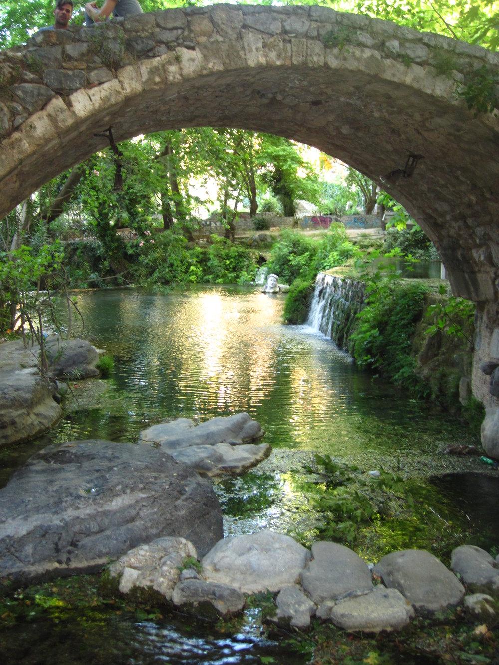 Στην κοιλάδα που για 12 αιώνες αντηχούσαν οι φωνές των επισκεπτώνκαι των ιεροφαντών του αρχαίου μαντείου - θεραπευτηρίου του Τροφωνίουεξακολουθεί ολόχρονα να ρέει μέχρι τις ημέρες μας η Έρκυνα, το ποτάμι που διατρέχει και δροσίζει το άλσος του Τροφωνείου.Δυο πηγές που εκβάλλουν στην Έρκυνα, με νερό ιαματικό που το έπιναν τότε οι χρηστηριαζόμενοιως σημαντικό μέρος του θεραπευτικού δρώμενου του αρχαίου Τροφωνείου, ονομάζονταν η πηγή της Λήθης και η πηγή της Μνημοσύνης, που σήμερα διασώθηκαν με την ονομασία η χλιάκαι κρυά.