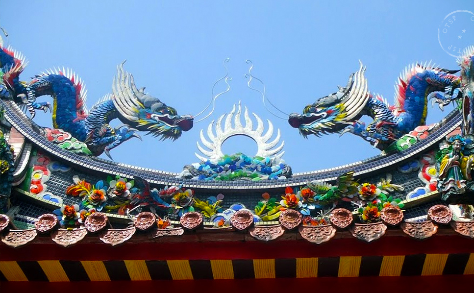 Dragons crowning a temple in Taiwan. (Photo by Mu-Hsien)