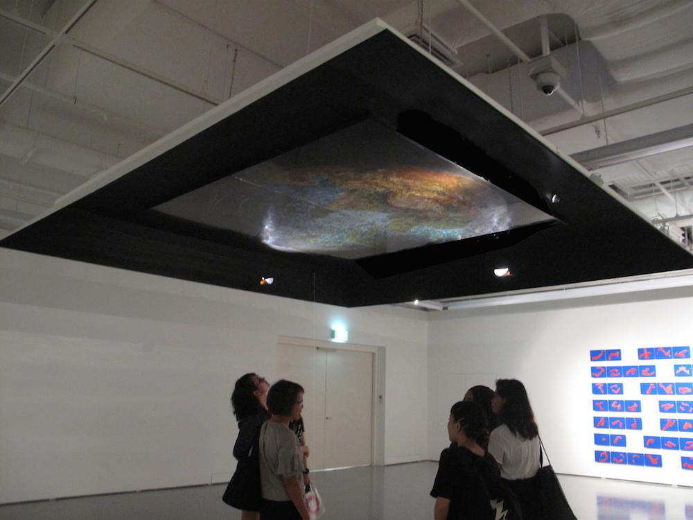 Mapa Mundi, 2015. sơn mài Việt trên bảng gỗ thiết lập trong triển lãm nhóm Sous la Lune.