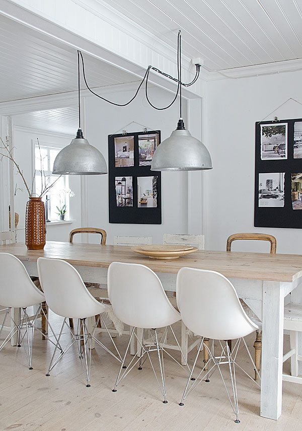 silla eames dsr asiento en fibra de vidrio pulidacon una mesa vintage
