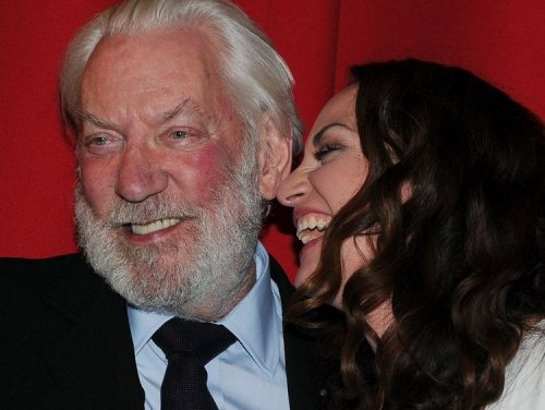"""Donald Sutherland und Natalia Wörner amüsieren sich bei der Premiere der TV-Produktion """"Die Säulen der Erde""""."""