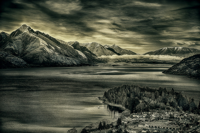 Sunrise view over lake Wakatipu, Queenstown on the South Island of New Zealand