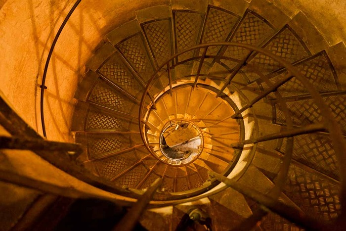 Photo illustrating the descent, by stairs, to the top of the Arch de Triumph in Paris, France