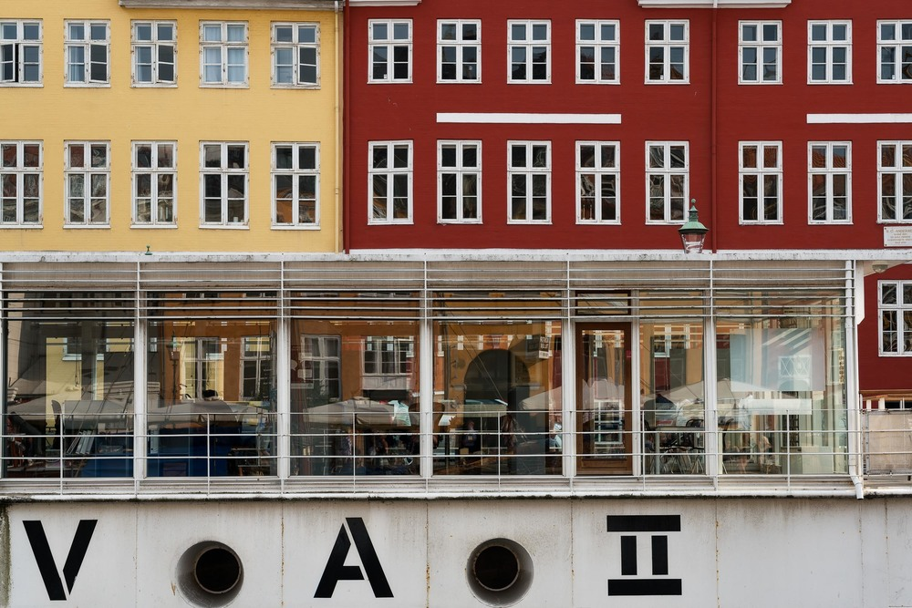 A  design based image  relying on color, contrast and repetition in the tourist area of  Nyhavn, Copenhagen .