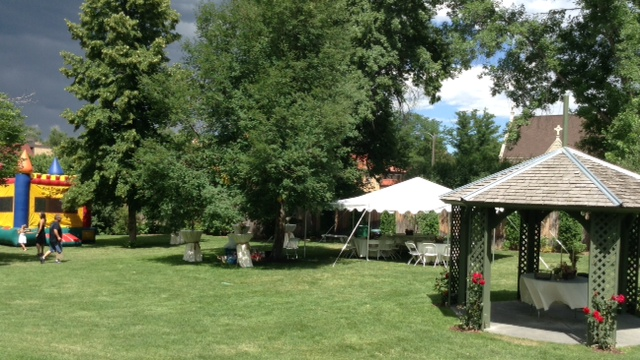 Avery House grounds decorated for a wedding