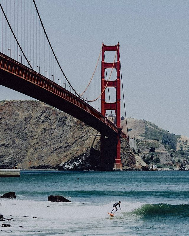 Surf view of the GG Bridge 📸: @elenastrawnphotography  #goldengatebridge #goldengate #sanfrancisco #sfphotography #surfphotography #surf #surfer