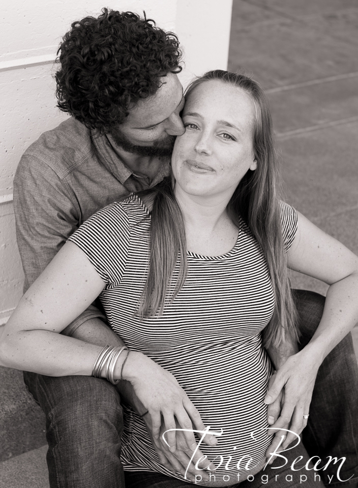 Loving maternity couple in black and white (c)Tesiabeamphotography.com