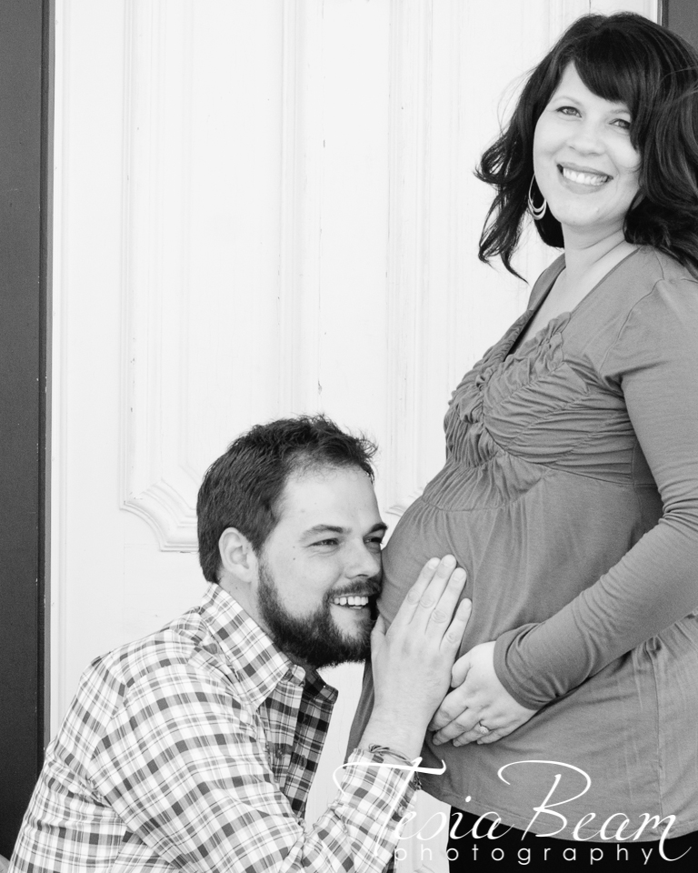 Cute maternity couple in black and white (c)Tesiabeamphotography.com