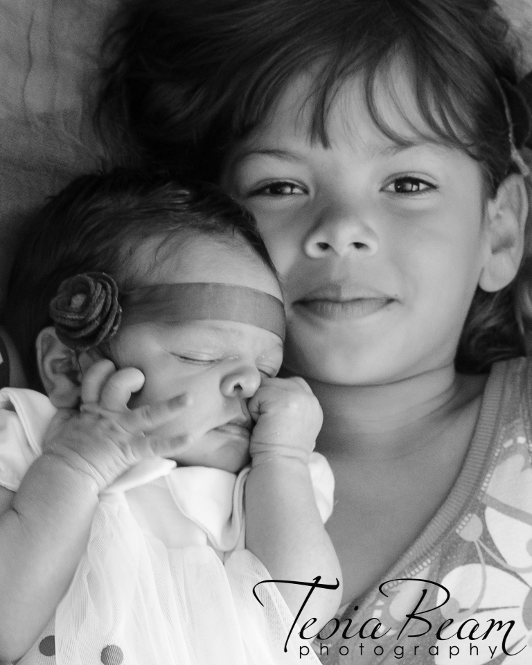 Black and white newborn with sister (c)Tesiabeamphotography.com