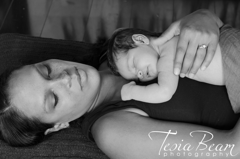 Beautiful mother with newborn in black and white (c)Tesiabeamphotography.com
