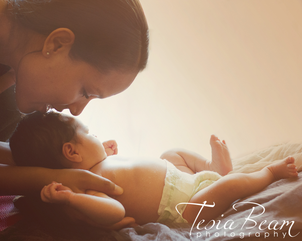 Warm newborn and mother (c)Tesiabeamphotography.com