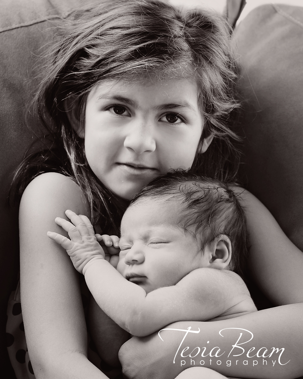 Gorgeous black and white newborn and big sister (c)Tesiabeamphotography.com