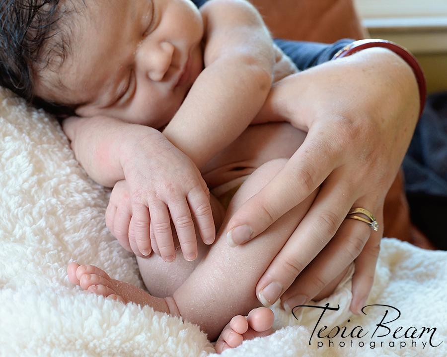 Curled up newborn (c)Tesiabeamphotography.com