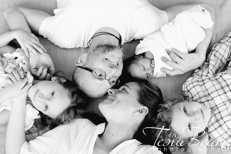 Black and white growing family portrait (c)Tesiabeamphotography.com