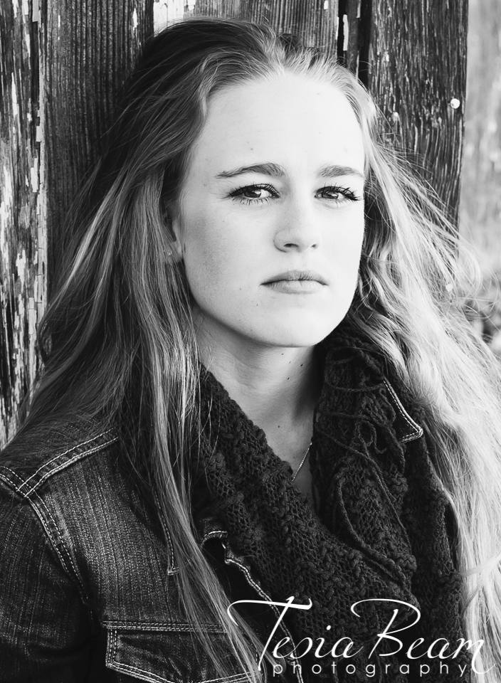 Black and white senior portrait (c)Tesiabeamphotography.com