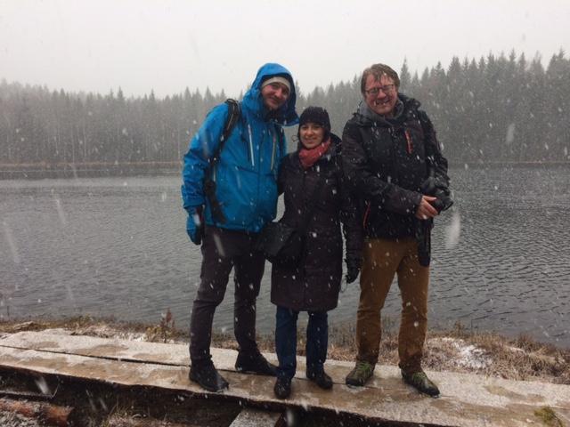 Eräoppaamme Dani ja kaksi vierastamme ihailemassa suomalaista talvea, eikun kevättä.