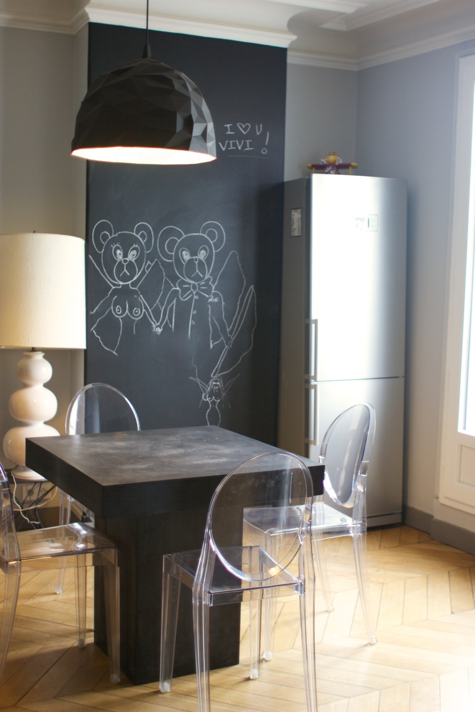 Kitchen and Dining: Modern and chic interiors kept simple with black and white モノクロで統一されたインテリアがかっこいい。変な壁画が書いてあるところはチョークでお絵かきができるみたい。