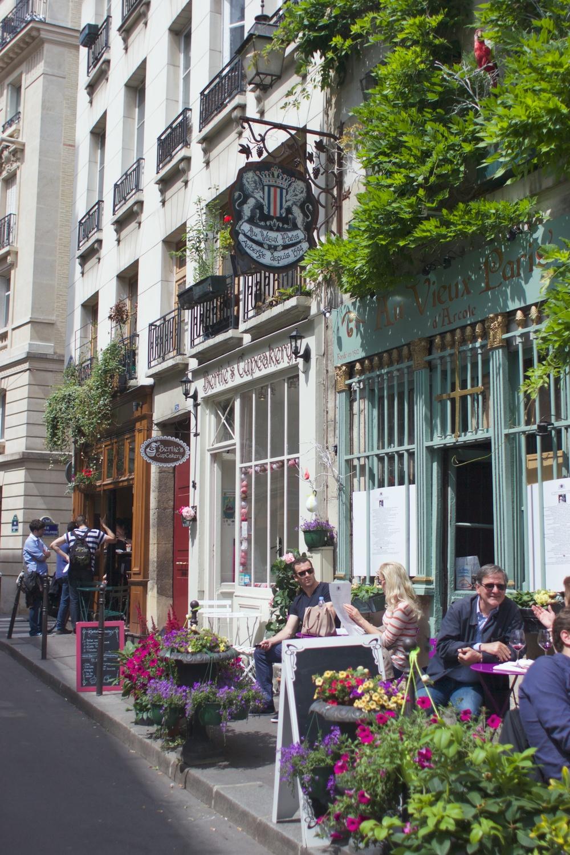 starting the weekend off with cupcakes and coffee :) ここでカップケーキを買ってコーヒーをいただく、最高の週末のスタート