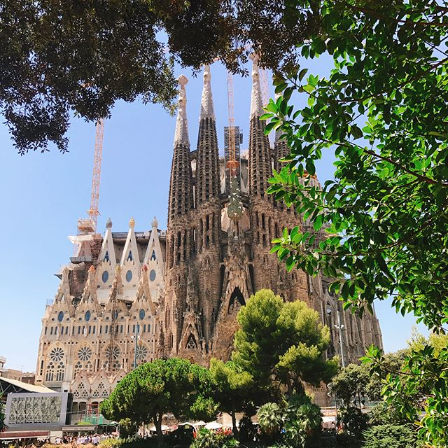 "TFW you have to start your email title with ""WIP here are some caveats..."". But seriously the Sagrada Família was a sight to behold. After climbing down 20 meters, I'm off for some tapas 👋 #melaniegoesstag"